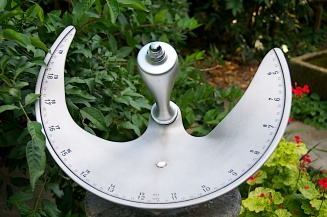 Assymetric sundial